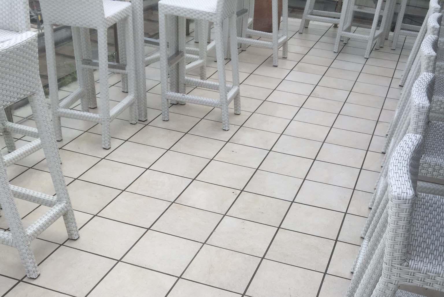Terasse Keramikplatten, vor der Reinigung mit KF Intensivreiniger