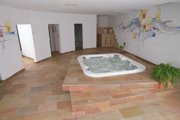 Whirlpoolumrandung und Boden aus Sarazza Quarzit, imprägniert mit MN Fleckstop